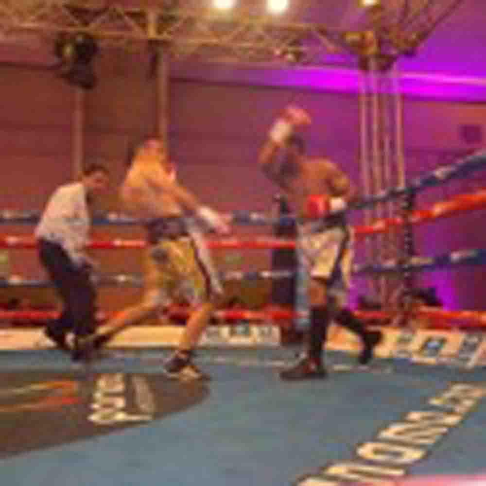 Narváez fue un 'huracan', arrolló a David Quijano y retuvo título O.M.B. supermosca
